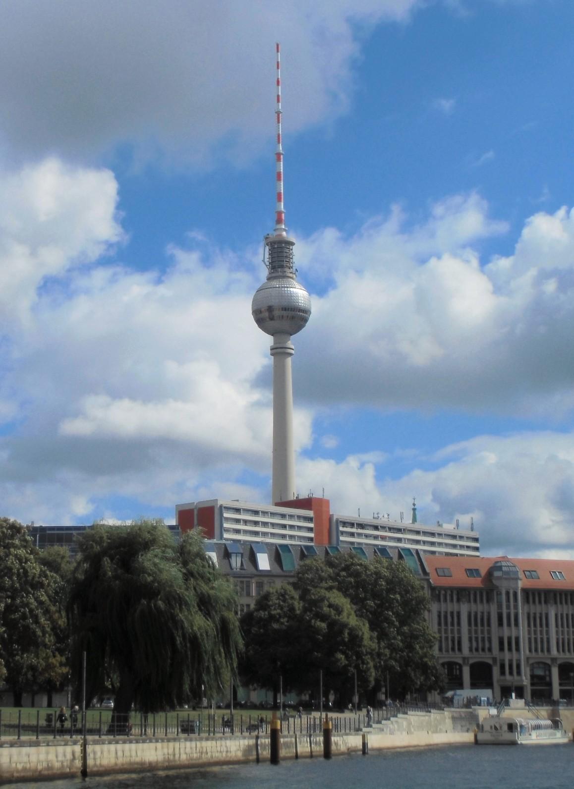 Das altbekannte Wahrzeichen Berlins: Der 368 Meter hohe Fernsehturm