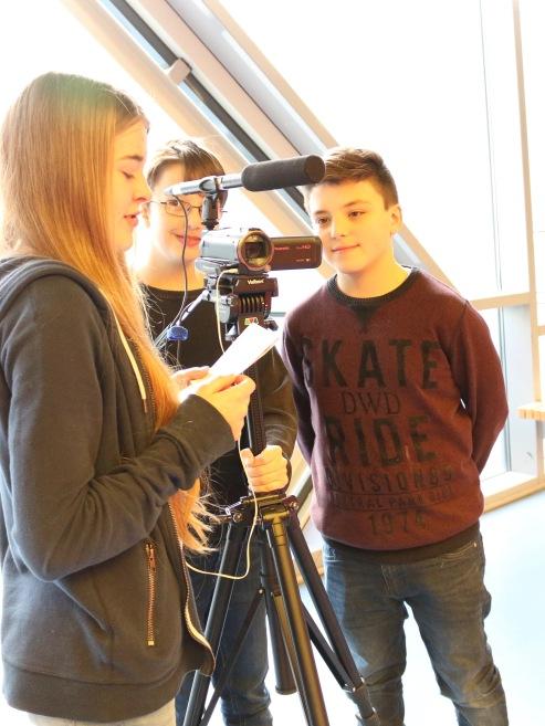Melissa bespricht sich mit ihren Filmkollegen.