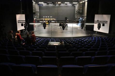 Blick auf die Bühne.