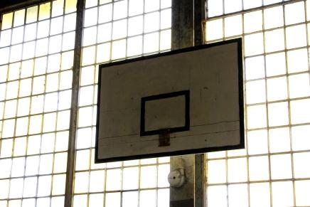 Basketballkorb in der alten Sporthalle