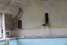 Becken mit Sprungbrett