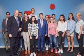 Hannover, DEU, 02.08.2017, Bundesaussenminister Sigmar Gabriel trifft sich mit Schüler auf Initiative der TUI Stiftung.